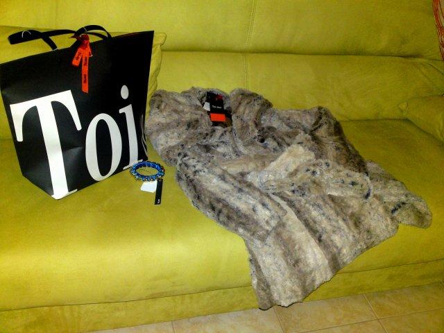 Toi & Moi  ул. Эрму  Женская одежда, обувь , аксессуары.В каталогах имеются платья , вязанные изделия , рубашки и блузки , шорты штаны лосины , юбки , куртки и жакеты , ремни , сумки , обувь , шарфы , цепочки и браслеты , темные очки.  http://toi-moi.com